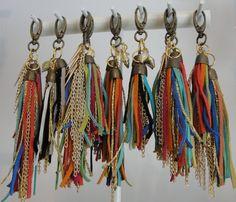 Llavero Gamuza Diy Tassel, Tassel Jewelry, Fabric Jewelry, Leather Jewelry, Tassels, Jewelry Crafts, Handmade Jewelry, Handmade Keychains, Pom Pom Bag Charm