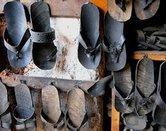 Recycled tyre shoes, Etiopia by Staffan Recycled Shoes, Recycled Rubber, Recycled Crafts, Diy Crafts, Reuse Old Tires, Reuse Recycle, Recycling, Hippie Shoes, Used Tires