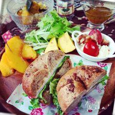 ティアプちゃんから手作りのベーグルをいただいたので、早速サンドイッチに(*・∀-)b ベーグルから香ばしい薫りがして美味しくてしっかり味わいながら食べました ティアプちゃんありがとうございます(艸ε≦❤ฺ)* 食べ友よろしくお願いします♡  ❈ベーグルサンドイッチ(ハム) ❈ミニカプレーゼ ❈インカのめざめ&水菜サラダ(自家製ドレッシング) ❈黄桃 - 141件のもぐもぐ - ティアプちゃんのベーグルでサンドイッチ•*¨*•.¸¸♪ by echo1188