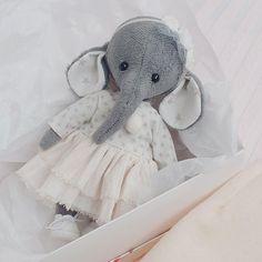 У слона сегодня счастье! Его очень-очень тепло обнимают Он, несомненно, принесёт много-много счастья в новый дом #dress #bearclothes #instagram #teddybear #elephant #elephants #teddy #тедди #слон #теддислон #девочка