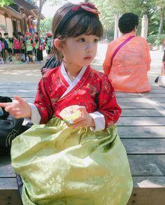 Korean Fashion On The Streets Of Paris Cute Asian Babies, Korean Babies, Asian Kids, Korean Girl, Korean Traditional Dress, Traditional Fashion, Traditional Outfits, Korean Outfits, Kids Outfits
