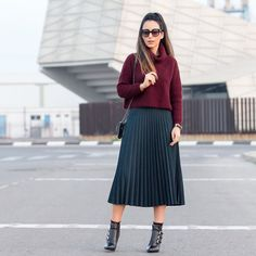 Uno de los looks que más éxito ha tenido últimamente con botines con hebillas de@rebecasanver y falda plisada midi  One of the most successful outfits wearing a pair of lovely ankle boots from the Spanish brand #RebecaSanver and a pretty midi pleated skirt  www.withorwithoutshoes.com  #zara#girl#look#ootd