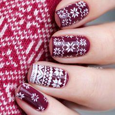 Для #лакосреда #Лакосреда_Орнамент от @roliske & @lakodom узор со свитера перенесенный на ногти с помощью #moyoulondon festive 06 Новый год уже совсем близко в основе #kiko 496