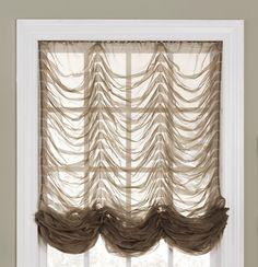 Французские шторы - это вид штор, состоящие из нескольких отдельных секций, каждая из которых имеет множество ниспадающих вниз пышных складок ткани