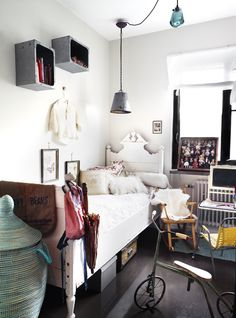 So much character! A vintage kids' room by the style interior Casa Kids, Diy Luminaire, Deco Kids, House Design Photos, Apartment Interior, Industrial Apartment, Kid Spaces, My New Room, Kids Decor