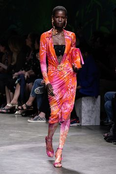 Versace Spring 2020 Ready-to-Wear Fashion Show - Vogue Men Fashion Show, Catwalk Fashion, Fashion Show Collection, Fashion 2020, Summer Collection, High Fashion, Milan Fashion, Donatella Versace, Gianni Versace