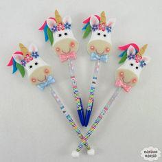 Ponteira de lápis ou caneta decorada com unicórnio feito em feltro bordado à mão.