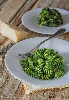 La pasta con pesto di spinaci è un buonissimo primo piatto, molto sostanzioso, perchè gli spinaci saziano veramente tanto. #gialloblog  http://blog.giallozafferano.it/graficareincucina/pasta-pesto-spinaci/
