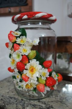 Vidro decorado com flores e morangos em biscuit.