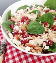 SALADE DE QUINOA, AMANDES, FETA, MENTHE ET GRENADE Ingrédients : * 40g de quinoa (noir, rouge ou blanc) * 45g d'amandes effilées * 1 grenade * 1 petit oignon rouge * 170g de pousses d'épinard * 35g de feta * 1 bouquet de menthe ciselée * 3 cuillères à soupe de vinaigre de vin rouge * 3 cuillères à soupe d'huile d'olive * Le jus d'un citron jaune * Le jus d'un citron vert * Sel, poivre