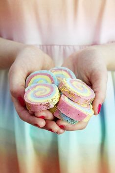 Make DIY soap with rainbow pattern yourself: simple instructions! Slime, Craft Stick Crafts, Crafts For Kids, Diy Savon, Doll Storage, Diy Xmas Gifts, Girls Dollhouse, Doll Quilt, Doll Clothes Patterns