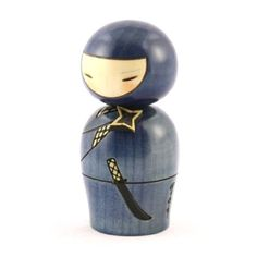 Kokeshi Doll Ninjya (k12-3887) Ninja has arrived from Iga. The throwing star couched at the chest seems to come flying at any moment. The work is by a modern Kokeshi artist, USABURO. Original Title :