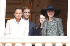 En el balcón salieron a saludar las princesas Estefanía y Carolina, con Pierre y Alexandra 19.11.13