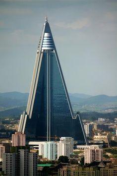 Rugyang, Coreia do SulA história do hotel Ryugyong remonta aos anos 80, quando começou a construção da estrutura esquisita e futurista com o objetivo de criar o principal hotel da capital da Coreia do Norte. As obras nunca foram concluídas, deixando um enorme prédio abandonado no coração de Pyongyang