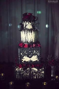 70 Unique Halloween Wedding Cakes If you are planning a Halloween or a Goth-inspired wedding, this roundup will help you to decide on one of the most important things – your cake! A Hallowedding cake is often a real piece of confectionary art… Bolo Halloween, Halloween Wedding Cakes, Halloween Cakes, Halloween Themes, Halloween Jamie, Halloween Party, Chic Halloween, Gothic Wedding Cake, Gothic Cake