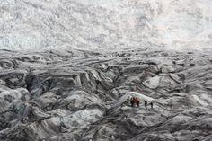 Islande - Ce glacier couvert de cendres volcaniques est l'image de l'Islande : entre la glace et le feu.