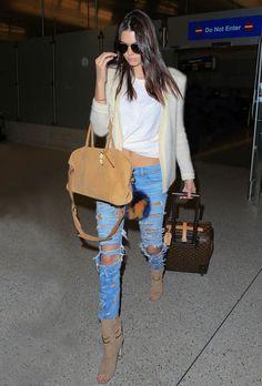 Look Kendall Jenner no aeroporto com t-shirt branca + calça jeans destruída.