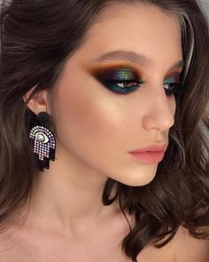 If you want to wear black eye makeup, you should be clear in your mind about how to apply black eyeshadow. Go through these tips for the best black eyeshadow looks. Make Up Color, No Make Up Make Up Look, Eye Make Up, Smokey Eyeshadow, Eyeshadow Makeup, Yellow Eyeshadow, Eyeshadow Palette, Eyeshadow Guide, Eyeshadow Ideas