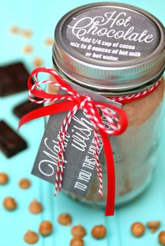 Whip up a batch of Peanut Butter Caramel Hot Chocolate Mix to keep you warm all winter long or make to give a fun gifts this holiday season. Hot Chocolate Gifts, Christmas Hot Chocolate, Homemade Hot Chocolate, Hot Chocolate Bars, Hot Chocolate Recipes, Christmas Candy, Diy Christmas, Hot Chocolate Mix In A Jar Recipe, Chocolate Shop