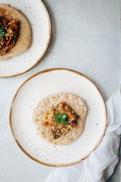 Naans au petit épeautre *et caviar d'aubergine* - Carnet de printemps Caviar D'aubergine, Low Gi, Hummus, Food And Drink, Lunch, Ethnic Recipes, Gluten, Spring, Recipes