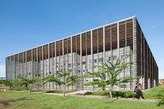 Construído pelo rh+ architecture na Cayenne, French Guiana na data 2013. Imagens do Jean-Michel André. Uma instalação de coordenação, aberta à universidade: o edifício da Biblioteca Universitária, localizada no coração d...