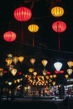 Lantaarns in de Vietnamese kuststad Hội An. Het oude centrum bestaat uit gebouwen uit de 15e tot en met de 19e eeuw en is opgenomen op de werelderfgoedlijst van Unesco.