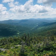 Si le Québec n'est pas reconnu pour avoir les plus hauts sommets du Canada, certaines des ses régions sont toutefois tapissées de montagnes aux points de vue spectaculaires. Elles représentent également de bons défis de grimpe à se lancer pendant les vacances d'été. Points, Canada, Instagram, Nature, Travel, Mountains, Tops, Naturaleza, Viajes