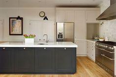 Two Tone Kitchen Cabinets, Kitchen Units, Kitchen Cabinet Design, Open Plan Kitchen, New Kitchen, Kitchen Ideas, Kitchen Inspiration, Kitchen Black, Shaker Kitchen