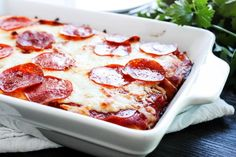 Cheesy Pizza Casserole is an easy meal loaded with your favorite pizza toppings, cheese, cheese & more cheese. Assemble in 5 minutes, bake for and this baked casserole is ready in less than 30 Minute Meals, Quick Meals, Food Dishes, Main Dishes, Cheese Day, Pizza Casserole, One Dish Dinners, Dinner Is Served, Recipes From Heaven