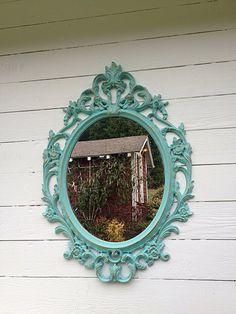 Création de craie peint miroirs pour le parfait style shabby chic. J'ai à la main peindre chaque miroir avec plusieurs couches de peinture de craie, puis appliquer une cire claire pour sceller la peinture sur pour la qualité de longue durée. Une fine couche de vrai or feuilletant est appliquée pour le style vintage parfait parce que j'aime créer des objets uniques et magnifiques. Ce miroir peut être peint dans votre couleur préférée. S'il vous plaît m'envoyer un message pour plus de…