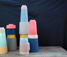 Vasen gehören schon seit tausenden von Jahren zur Wohnungsausstattung von Menschen. Kein Wunder als, dass das Thema Vasen wie selbstverständlich auch zum Repertoire großer Designer gehört!