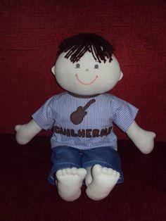 Boneco corpo em malha, camisa em tecido algodão, nome bordado em patchwork