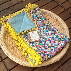 Canga Toalha Búzios - Canga Atoalhada de Praia - LMCAP-16 Pom Pon, Sewing Projects, Diy Projects, Baby Wrap Carrier, Deco Table, Summer Diy, Quilt Making, Make And Sell, Hand Towels