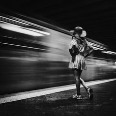 Photo woman girl dress hat waiting for subway blurry train – femme fille robe chapeau qui attend le metro train flou Photo woman girl dress hat waiting for subway blurry train – woman girl dress hat waiting for metro train blur