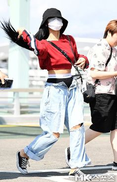 MAMAMOO × HWASA × AIRPORT FASHION #mamamoo Korean Street Fashion, Korean Girl Fashion, Asian Fashion, Look Fashion, Korea Street Style, Curvy Fashion, Fall Fashion, Kpop Fashion Outfits, Korean Outfits