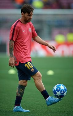 Lionel Messi of Barcelona in action during the warm up prior the Group B match of the UEFA Champions League between FC Barcelona and PSV at Camp Nou on September 2018 in Barcelona, Spain. Get premium, high resolution news photos at Getty Images Cristiano Vs Messi, Messi Vs, Messi Soccer, Messi And Ronaldo, Neymar Jr, Ronaldo Soccer, Nike Soccer, Soccer Cleats, Football Soccer