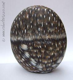 Handgeschilderde Steenuil Rock! Een uniek stuk van kunst en een geweldig cadeau idee voor u allen, uil liefhebbers!  Mijn beschilderde stenen zijn unieke kunstwerken. Ik schilder ze allemaal met hoge kwaliteit acryl en zeer kleine borstels. Ze zijn geschilderd op gladde Zee rotsen, fijn gedetailleerd, beschermd met een sterke transparante vernis vacht, op de achterzijde ondertekend en vergezeld gaan van een certificaat van GELOOFBAARHEID.  * Metingen van deze hand geschilderd Steenuil…