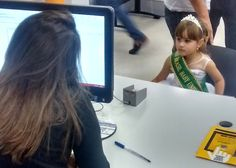 Bárbara tem apenas 5 anos, mas desde outubro do ano passado já conquistou quatro títulos em concursos de beleza: Miss Brasil Baby Universo, Miss Brasil Del Mundo, Miss Barbie e Miss Baby da cidade de Bananal. Agora ela pretende disputar o concurso de Miss Baby Universo, em setembro, no Peru, e para isso ela foi até o #Poupatempo Jacareí, onde mora, para tirar seu primeiro RG. A mãe, Bianca Cabral, diz que desde que aprendeu a andar ela já brincava de desfilar.