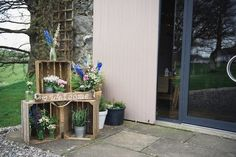 entrée réception mariage, idee deco mariage simple en cagettes de bois rustiques et decoration de fleurs champêtres dans des pots en verre et seaux