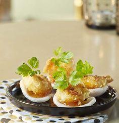 12 gepelde en geblancheerde scampi's (diepvries) (medium) 12 blaadjes platte peterselie 1 ei 12 kroepoeks 4 eetl. mangochutney (bokaal) 4 eetl. panko (Japans paneermeel) 2 eetl. bloem 4 eetl. olijfolie
