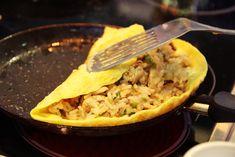 Соба с курицей и чили, японский омлет и роллы с красной рыбой