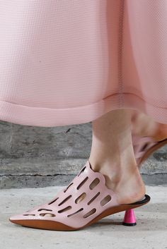 Kenzo Spring 2015 Ready-to-Wear Accessories Photos - Vogue Hazy Pink Architecture 💜 Ugly Shoes, Comfy Shoes, Sock Shoes, Shoe Boots, Kenzo, Look Fashion, Fashion Shoes, Spring Summer 2015, Pink Summer