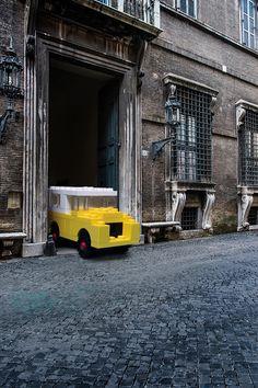 As fotografias da série 'LEGO outside LEGOLAND' receberam os veículos de brinquedo ao redor de Roma pelo fotógrafo italiano Domenico Franco.