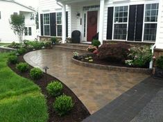 32 Small Yard Design Solutions for Your Front yard Since you ma… - Hof Ideen Front Walkway Landscaping, Sidewalk Landscaping, Front Yard Walkway, Farmhouse Landscaping, Home Landscaping, Front Porch, Front Yard Hedges, Sloped Front Yard, Small Front Yards