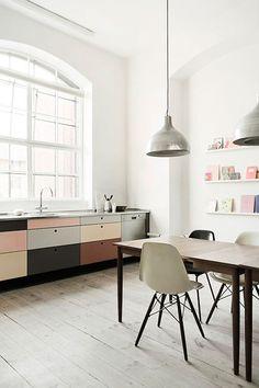 Vintage eettafel met Eames stoelen