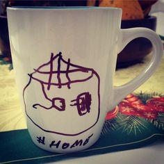 Hoje minha pequena desenhou nossa casa, tv e videogame. Café e arte da filha na caneca. www.diariodebordo.net.br #cafe #cafeina #caneca #home #casa #lar #princesa #arte