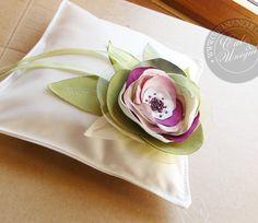 Boda - Funny, floral Ivory, Green and pinks Ring Pillow.. - hecho a mano por cuteandunique en DaWanda