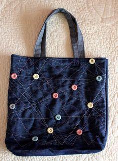 Soluções criativas, inovadoras e de baixo custo, mesclam as calças com outros tecidos e materiais transformando-as em incríveis bolsas,...