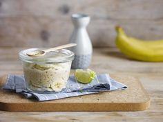 Ein leckerer Haferbrei mit Alpro Reisdrink, Bananen, gehackten Mandeln und Limetten