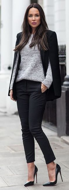 Black outfit for work: Jersey gris + Pantalón de vestir negro + Tacones stiletto + Capa negra